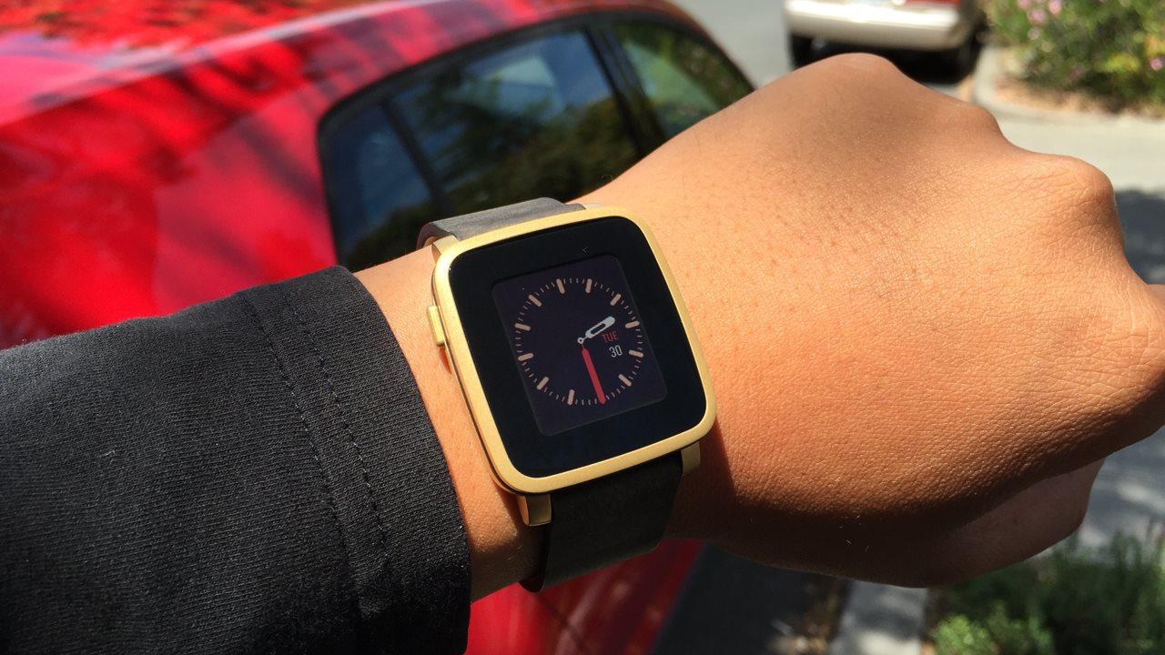 Analogowa tarcza będzie zawsze na czasie. Tutaj na Pebble Time Steel. foto. facebook.com/getpebble