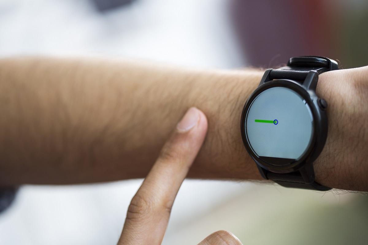 FingerIO działa na zmodyfikowanym smartwatchu (z drugim mikrofonikiem).