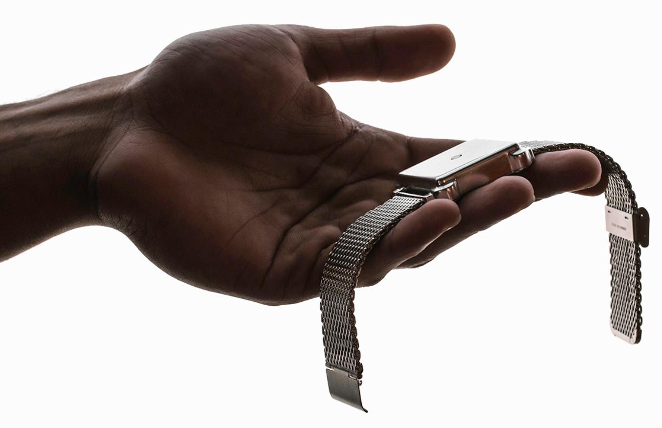 Moment wygląda jak zegarek, ale nie ma ani cyferblatu, ani wyświetlacza. Jest tylko mechanizm wibracyjny.