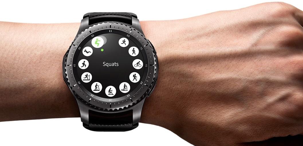 Propozycje ćwiczeń monitorowanych przez Gear S3 wygodnie wybierzemy obrotowym pierścieniem (dostosowany interfejs).