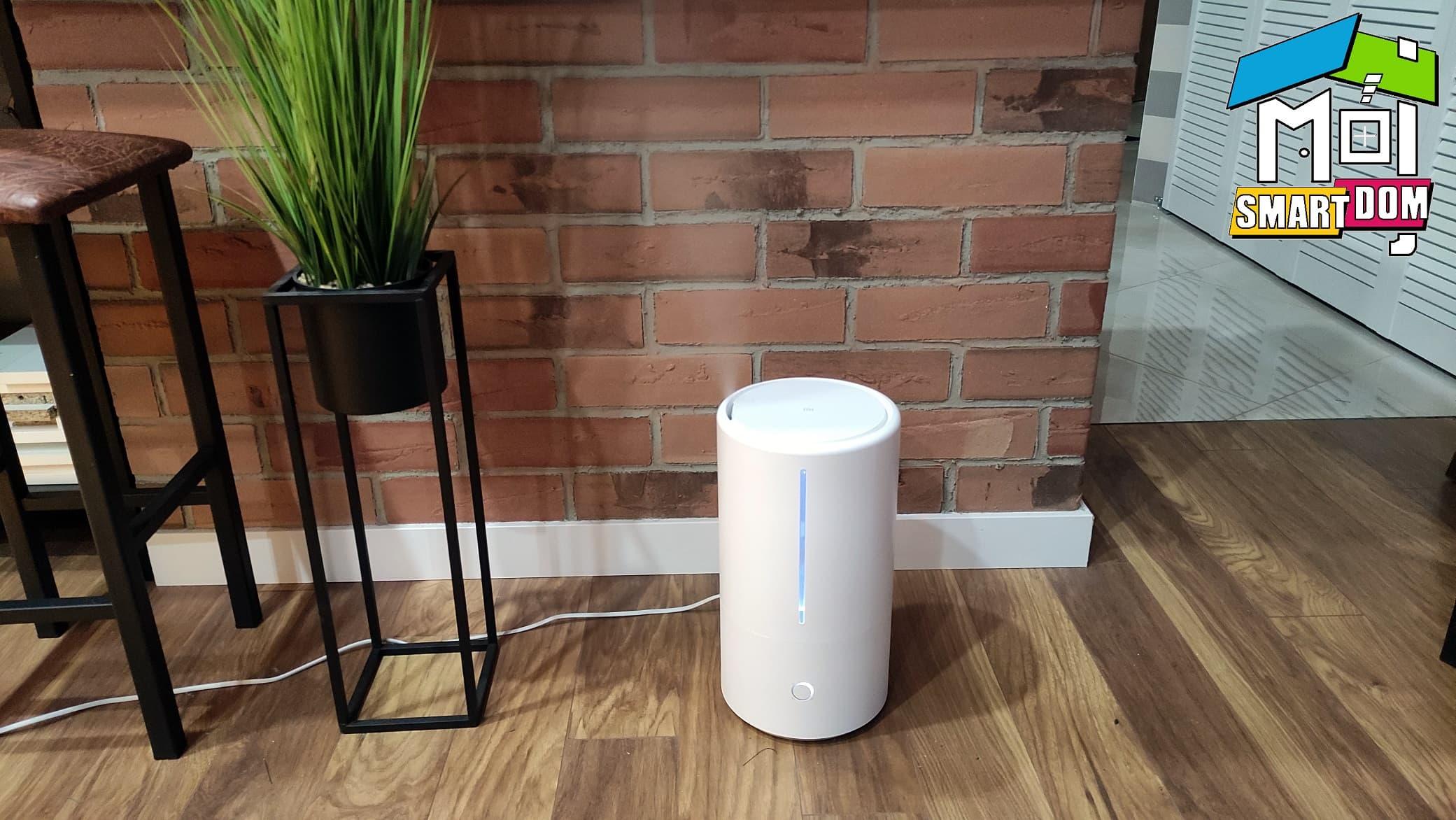 W moim smart domu stale przybywa nowych urządzeń łączących się z platformą Google Home. Postawiłem kiedyś na usługi tego serwisu i już tak zostało (Alexę też testuję, ale mimo szybszego działania nie jest moim moim domyślnym asystentem). Najnowszym modułem potrafiącym reagować na komendy głosowe w moim mieszkaniu został ultradźwiękowy nawilżacz powietrza Xiaomi Mi Smart Antibacterial Humidifier z lampą UV. W Polsce został zapowiedziany podczas wrześniowej prezentacji hulajnóg na warszawskim stoisku Mi Pop Up Store, gdy miałem z nim pierwszy kontakt. Ultradźwiękowe nawilżanie z UV Z nawilżaczy nie korzystam zbyt często. Ostatni jaki pamiętam pozostawiał na podłodze wilgoć (jakiś pożyczony na chwilę). Dzisiaj urządzenia te oferowane są w zdecydowanie lepszej technologii oraz z różnymi sposobami rozprowadzania wodnej mgiełki. Jedną z ciekawszych jest ta ultradźwiękowa. Na taką postawiono w najnowszym Mi Smart Antibacterial Humidifier. Ma wiele zalet i kilka wad, ale część z nich producentowi udało się zniwelować lampą UV. W dodatku jest tu też integracja ze smartdomowymi platformami, więc za przystępne pieniądze zyskujemy nowoczesny element wyposażenia wnętrza. Dla osób rozbudowujących tego typu sieci jest to kusząca propozycja. Sprawdziłem, w czym ultradźwiękowe modele są lepsze, a w czym gorsze od innych. Zaletą, którą od razu zauważyłem, jest niewątpliwie bardzo cicha praca całego urządzenia. Włączałem nawilżanie w późnych wieczorowych porach, gdy praktycznie zasypiałem i prawie niczego nie słyszałem (urządzenie stoi trochę dalej od łóżka). O wyłączanie nie trzeba się martwić, gdyż pomaga w tym automatyzacja z wyznaczaniem harmonogramów pracy. Zdalny dostęp też jest możliwy, więc sprzęt można uruchamiać lub wyłączać spoza domu. Niekiedy taka możliwość się przydaje. Zwykle nawilżacze ultradźwiękowe są podatne na zanieczyszczenia, ale w modelu Xiaomi powinna pomóc lampa UV, która dezynfekuje wodę przed wypuszczaniem charakterystycznej mgiełki. Wbudowany higrometr i te